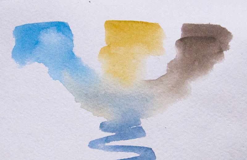 Предварительно смешиваем акварельные краски, оцениваем цветовые переходы